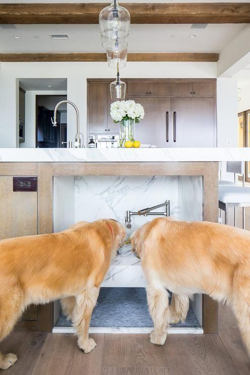 Eine Kücheninsel-Idee für Häuser mit Haustieren, Hundetrinkstation, Wassernäpfen, ...
