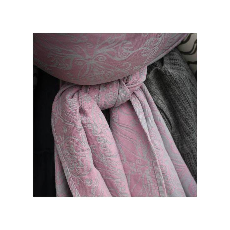 Yaro Ring Sling Elvish SIlver Rose Glossy  Svojí gramáží jsou to šátky patřící ke středně silným šátkům, velmi pohodlné a nosné. Dvojitě zaobroubené lemy, příjemně klouzavé při dotahování, v úvazu nepovolují a neprokluzují.