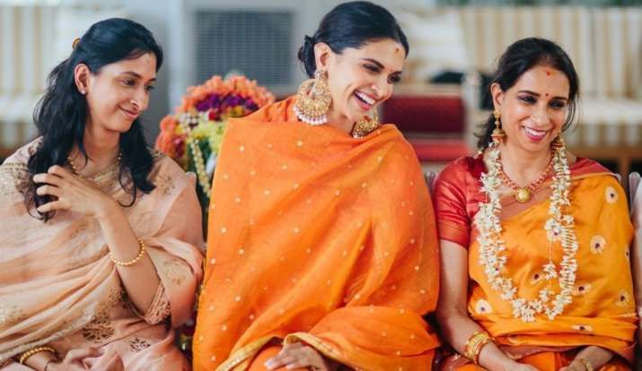 Deepika Padukone Shares Unseen Wedding Picture With Her Amma And Sister Anisha In 2020 Deepika Padukone Bollywood Celebrities Throwback Pictures