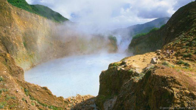 Hồ Sôi, Dominica. Hồ luôn sôi sùng sục và bốc hơi nghi ngút. Hồ nằm cao trên Công viên Quốc gia Morne Trois Pitons, và bạn chỉ có thể đến được bằng cách leo bộ rất vất vả. Nước hồ được liên tục làm nóng do dòng nham thạch chảy bên dưới, khiến hơi nước và khí nóng bốc lên khoảng không trên mặt hồ. Việc bơi lội ở hồ có thể gây chết người.