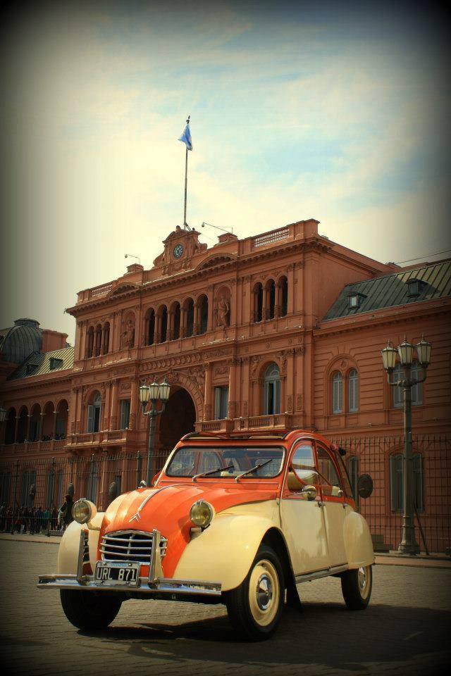 Citroën 3CV en la Plaza de Mayo