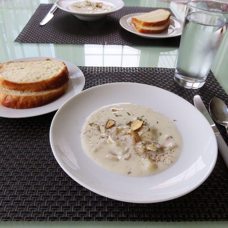 Nice bowl of clam chowder with home made bread. 집에 돌아와 추우니까 캠볼 뉴 잉글랜드 스타일 크램차우더 캔 하나 따서 우유랑 명태살과 마늘칩추가로 넣고 끓여 어제만든빵 푸욱 찍어 두그릇씩 냠냠 ㅎㅎㅎㅎㅎ