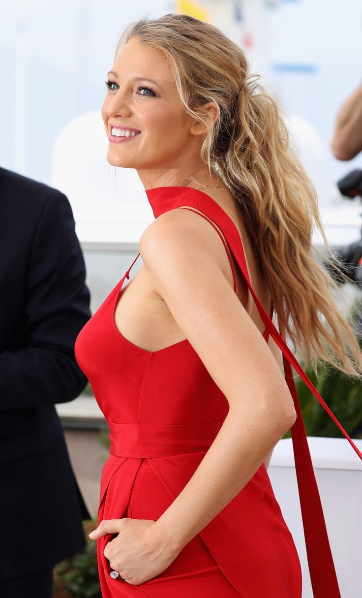 "CANNES, FRANCE - MAY 11: Blake Lively attends the ""Cafe Society"" Photocall during The 69th Annual Cannes Film Festival on May 11, 2016 in Cannes, France. (Photo by Andreas Rentz/Getty Images)"