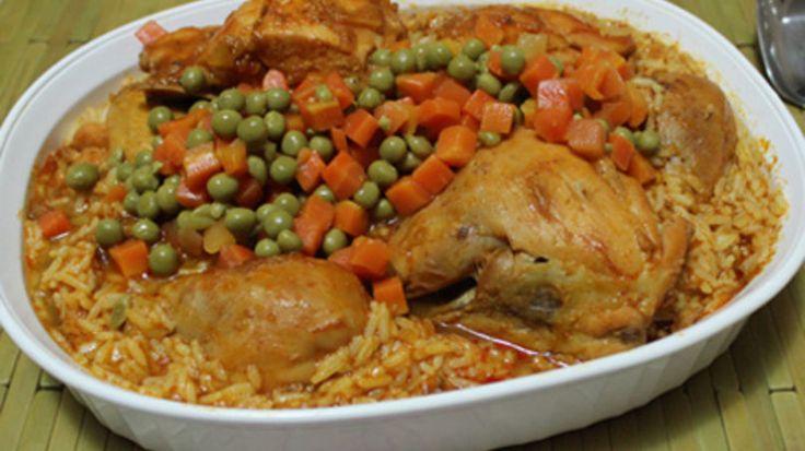 Me maravilla ver las similitudes que existen en una misma receta que consideramos típica o autóctona de nuestro país. El Arroz con Pollo es el puro ejemplo de lo que les acabo de mencionar, pues es un plato que se come en todos los hogares de latinoamericanos. Y a pesar de que en cada país varía en su preparación o presentación, todos usamos ingredientes básicos en común, para darle el auténtico sabor y toque personal.  En casa solemos preparar dos deliciosas versiones del arroz con pollo…