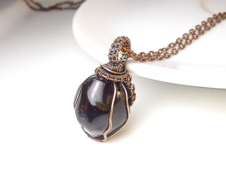 Fotogaléria šperkov, drôtený, tepaný a patinovaný medený šperk, drôtikovaný prívesok s minerálom, šperky s kameňom, granát almandín.