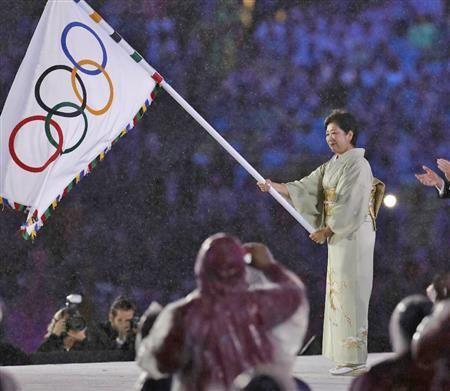さあ東京へ、五輪旗が着物姿の小池都知事に「バシッと決めた」 安倍首相はマリオ姿でサプライズ登場