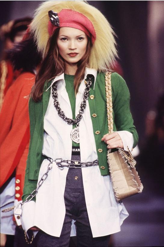 Kate Moss au défilé Chanel Haute Couture printemps-été 1995 http://www.vogue.fr/mode/cover-girls/diaporama/kate-moss-15-annees-sur-les-podiums/4533/image/372188
