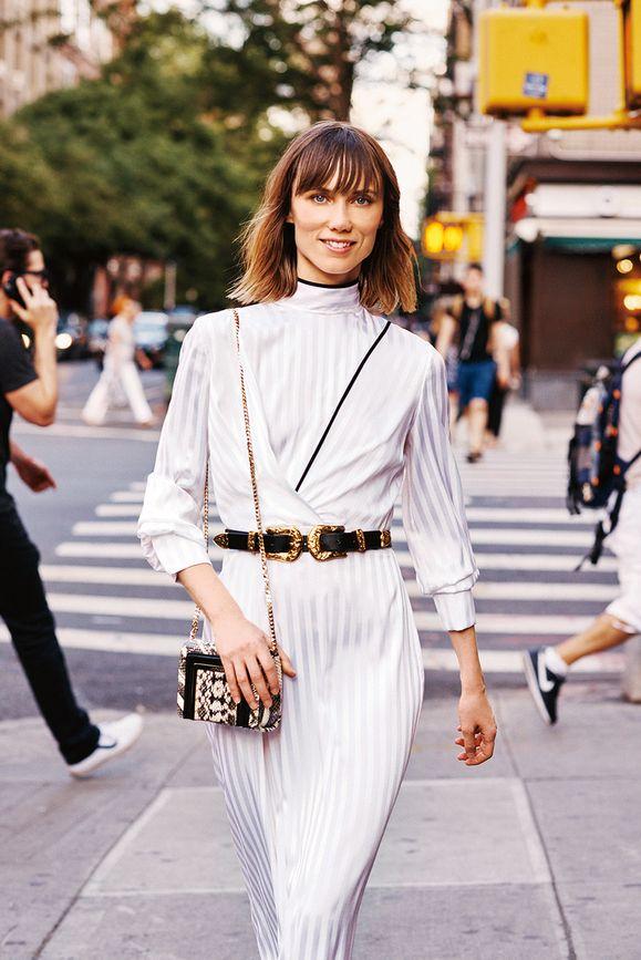 «Ковбойский ремень превращает мое белое платье в модное высказывание».
