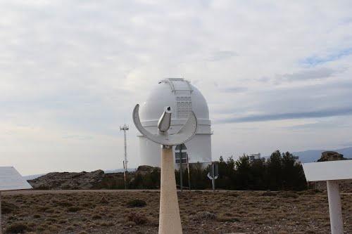 """Almería, Gérgal, Sierra de Filabres, Observatorio de Calar Alto, Reloj solar de presión.    37° 13' 22.65"""" N  2° 32' 45.55"""" W.  Cortesía de José Ángel de la Peca. Si el eje de la Tierra fuese perpendicular al órbita terrestre alrededor del sol y si esta órbita no fuese una elipse, los relojes solares con su conocida varilla proyectora de sombra indicarían siempre la hora correcta. Debido a que las dos condiciones anteriores no se cumplen, los relojes solares llegan a atrasarse pero no…"""
