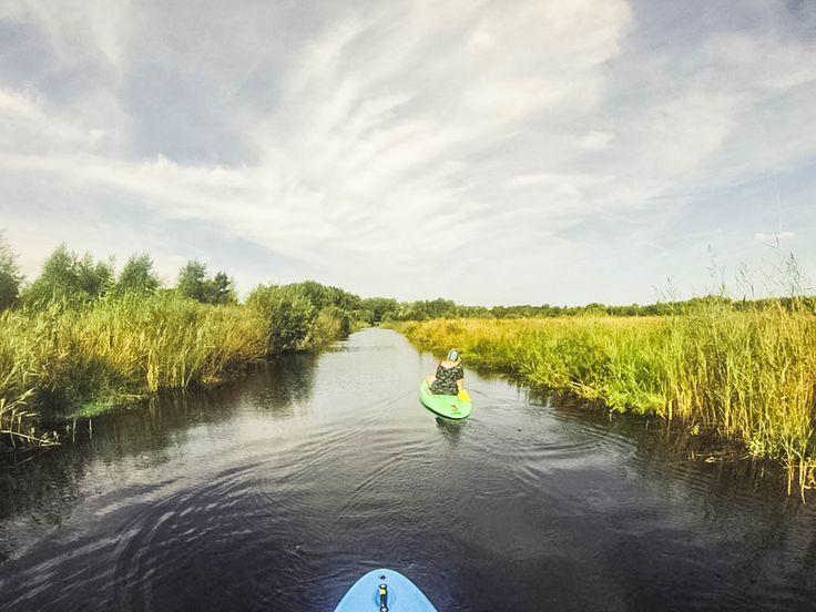 Als boardliefhebber niet dicht bij de zee of de bergen wonen kan vervelend zijn. Gelukkig hebben we genoeg alternatieven! Longboarden, wakeboarden en suppen, om maar een paar voorbeelden te noemen. Mijn favoriete actviteit in de zomer! Even weg van alle drukte en lekker relaxen door te suppen in Nederland. Het is dan geen prachtige rivier …