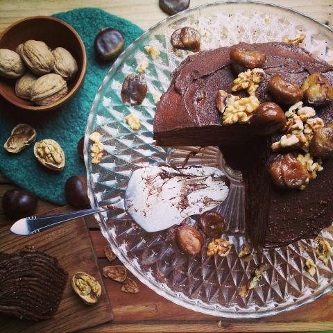 Kastanje pannenkoeken taart   Pannenkoeken met chocopasta, hoe kinderlijk is dat? Die fase zijn we al even ontgroeid toch? Hoewel? Als je die ronde, platte koeken van kastanjemeel bakt; ze met een romige chocoladevulling hoog de lucht in stapelt; en aftopt met gekookte kastanjes en gedopte walnoten, zijn ze bést volwassen. Drink je er een kop koffie bij (kastanjes, chocolade en koffie gaan verdraaid goed samen), dan worden ze nog volwassener-er. Denk klein bij het aansnijden van de taart…