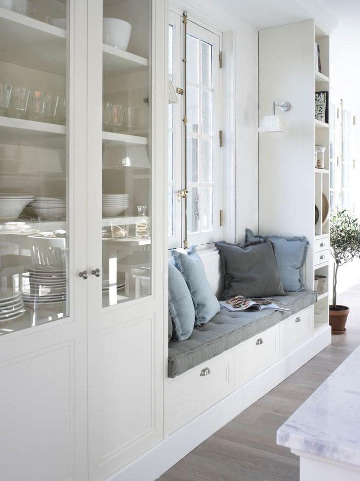 Busca imágenes de Cocinas de estilo rústico en blanco: Banco, para tener un luminoso rincón de estar. Encuentra las mejores fotos para inspirarte y crea tu hogar perfecto.