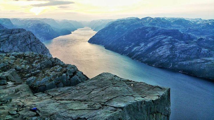 Esta mañana he disfrutado yo solo de el Púlpito la roca más famosa de Noruega. En un buen día hay más de 600 personas a la vez en esa plataforma. El truco es fácil: empezar a caminar a la 1 de la madrugada y llegar arriba antes de amanecer. #FiordosNoruegos  #Stavanger #Noruega @visitnorway_es by paconadal