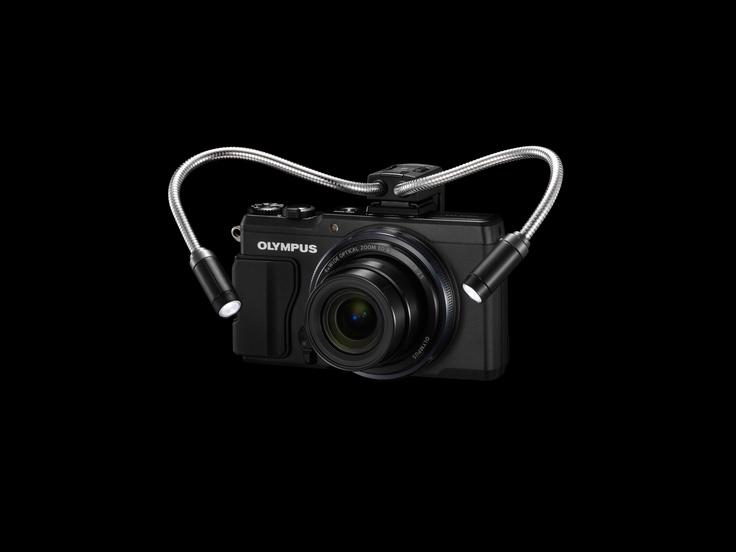 wysokie ISO, aż do 12800, pozwalające na fotografowanie nawet w słabym oświetleniu  różne proporcje kadru i możliwość wyboru idealnego formatu (16:9, 3:2, 4:3 lub 1:1)  wymienny grip zapewniający personalizację aparatu; akcesorium dostępne jest w trzech kolorach: czerwonym, beżowym i purpurowym  * odpowiednik dla aparatu 35mm   SD jest znakiem firmowym SD Card Association.  Eye-Fi jest znakiem firmowym Eye-Fi, Inc.   FlashAir jest znakiem firmowym Toshiba Corporation.