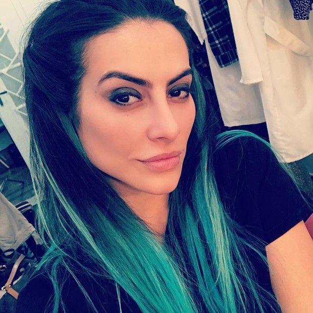 Cleo Pires muda o visual e posa com os cabelos verdes para filme