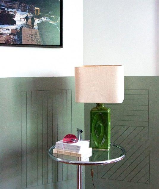 Pied de lampe des années 70 au décor en relief. Abat-jour non fourni.
