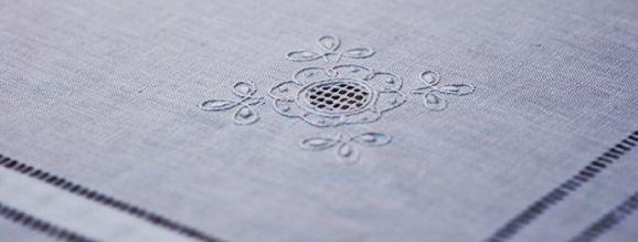 Tienda DECOTOMÉ estará en feria Diseño el DOMINGO 27 de octubre  Manteles de Lino, Manteleria bordada a mano, Cortinas de baño y toallas en lino