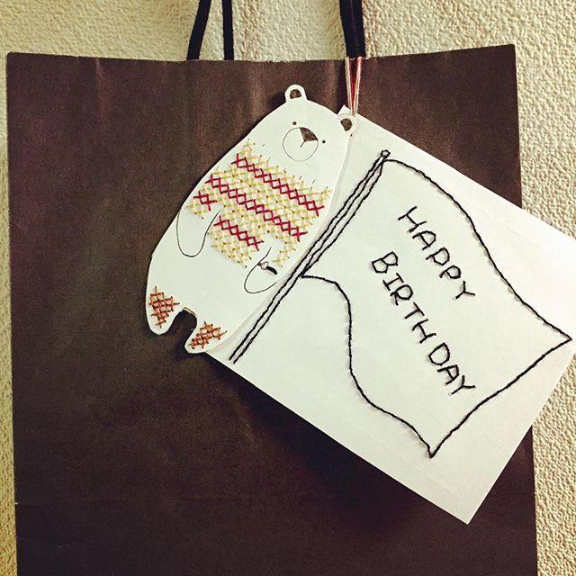 紙に刺繍をほどこす「紙刺繍」をご存知でしょうか?布や皮に対してすることが多い刺繍ですが、紙にチクチクと縫う紙刺繍が今人気なんですよ。その理由は、温もりを感じるほっこりとしたアイテムを簡単に作れるから。お家で気軽に取り組め、裁縫セットを使ってできるので特別な道具は必要ありません。オリジナルのノートやメッセージカードのほかに、おしゃれな小物を作ることもできます。紙刺繍の活用アイデアをご紹介します。