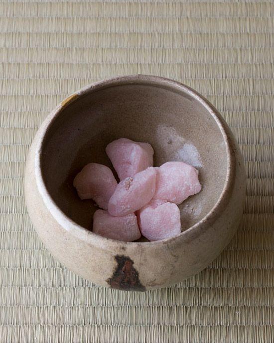 菓=八房の梅/朝霧堂(明石) 器=飛鉄砂碗 李朝時代 浅川伯教旧蔵