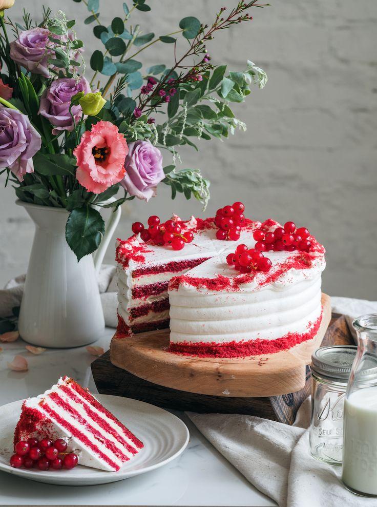 Торт Красный Бархат  Торт Красный бархат-это классический американский десерт.Ярко красные ,влажные ,пористые коржи с добавлением какао в сочетаниес сырным кремом