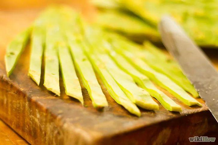 """Nopales (folhas do cacto) podem ser cortadas depois de lavadas. Se for grelhá-las, uma boa ideia é cobri-las com bastante sal e outros temperos. Estarão prontas quando estiverem macias e levemente douradas. Os """"nopalitos grelhados"""" podem ser temperados com suco de limão fresco e um pouco de azeite de oliva. Pode-se adicionar cogumelos à mistura. Experimente adicionar os nopales a uma sopa, a uma salada ou omelete.  http://pt.wikihow.com/Comer-Nopales-(Cactos)"""