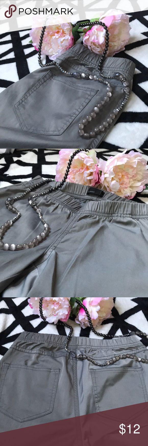 🔥🔥VERO MODA silver jeggings!🔥🔥 Silver and shine jeggings. Elegant and classy. Size S. Never used. Vero Moda Pants Leggings