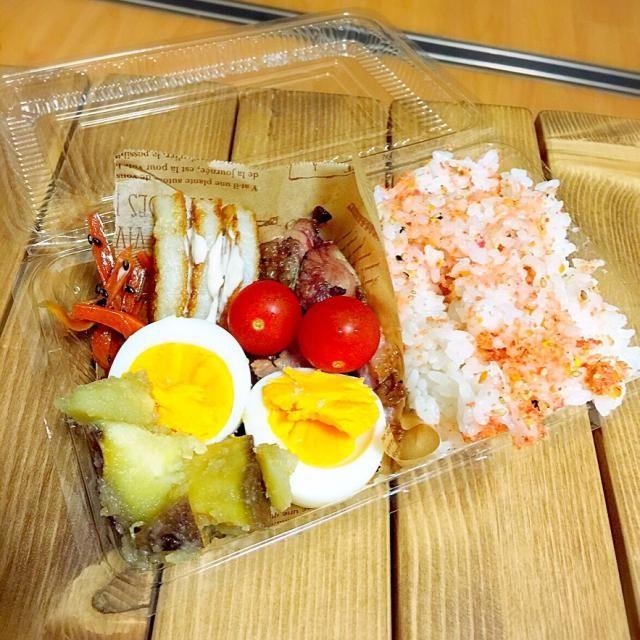明日も飲み会なので、捨てれるお弁当箱で( *`ω´) - 35件のもぐもぐ - 鴨のロースト。トマト。竹輪のバター焼き。人参キンピラ。ゆで卵。サツマイモの甘煮。 by Reina Reina