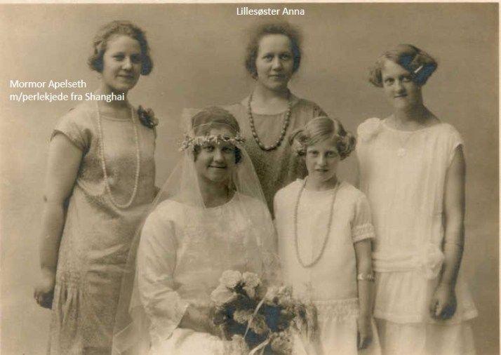From my gg aunts wedding 1926. My grandmother is far to the left. necklace Bildet er tatt i 1926 da mormors søster Lilly giftet seg. Her er mormor med alle søstrene sine.