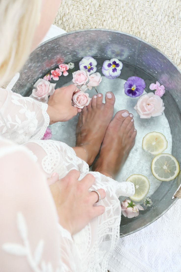 Flower & Lemon Foot Soak | Home Pedicure | http://monikahibbs.com