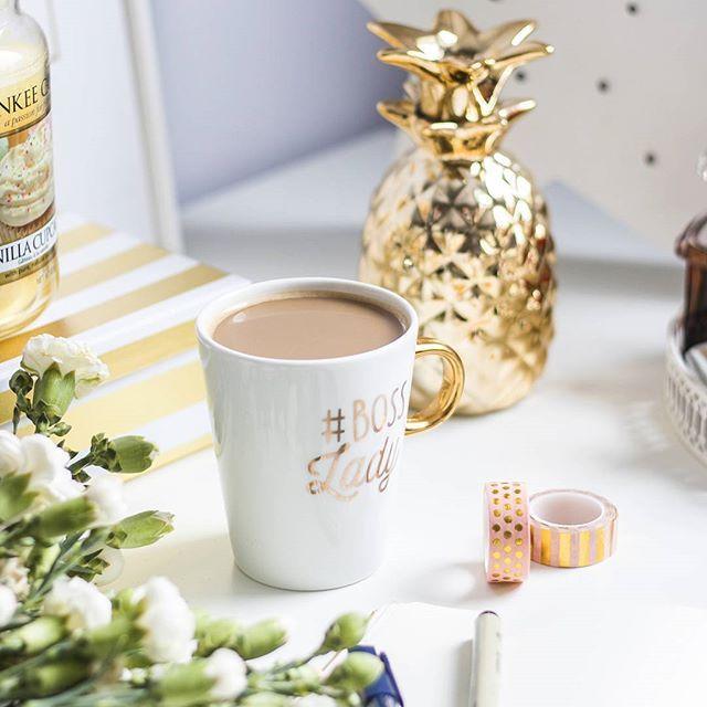 Dzień dobry, a w zasadzie dobry wieczór w poniedziałek! ☕ U mnie dziś od rana pracowicie, ale z trzecią kawą i #BuJo jakoś daję radę 😀 A co tam u Was słychać? 😊 Co dziś porabiacie? 😄Udanego i słonecznego tygodnia wszystkim życzę! 🌞🌞🌞 #nocoffeenoworkee #coffeetime #coffee #mug #zloteplakaty #bosslady #homeoffice #workspace #golddetails #goldandwhite #mondayvibes #agublog