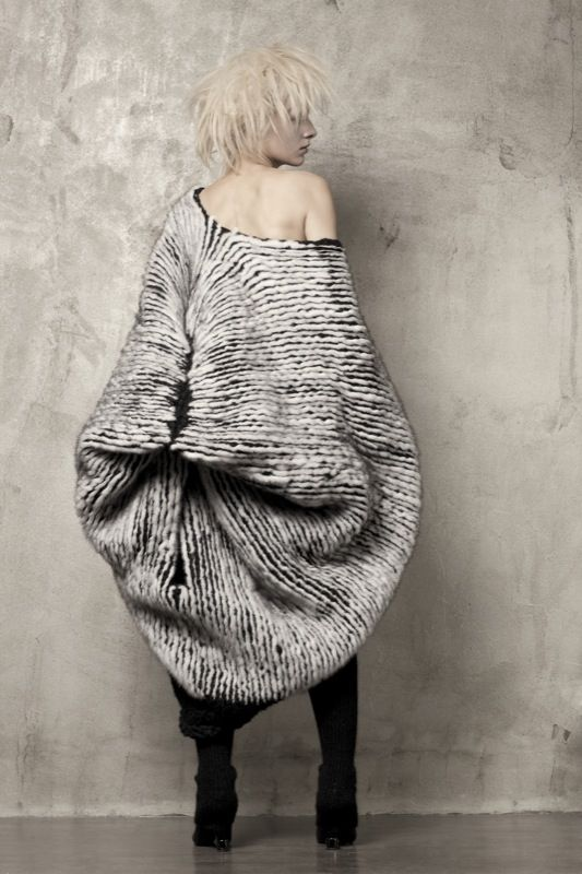 knitGrandeur: Uma Wang, FW 2011 This makes her look like some kind of mutated moth or something! Just awful! And the other stuff on this site is just as bad. Pinterest needs a dislike button!