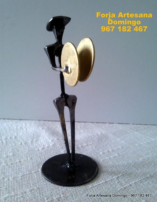 Figura de forja de un musico tocando los platillos, hecho a mano de forma artesana.