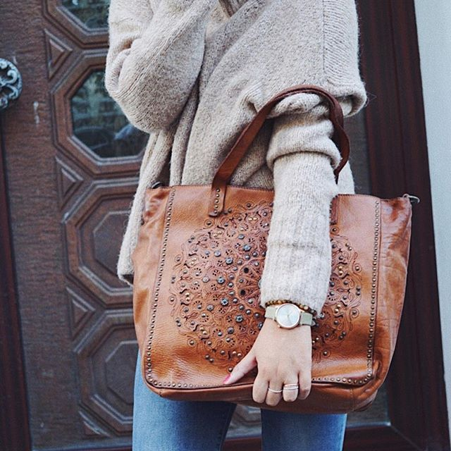 Hier seht Ihr eine unserer Lieblingstaschen von @campomaggi_bags in wunderschönem Cognackombiniert zu einem tollen Herbst-Look. Tasche: Campomaggi #405 in cognac  Uhr: @komono 'Estelle Classic' in moss green Armband: @liebeskind_berlin 'Beads' ▶️ Tasche und Accessoires findet ihr über den Link in unserer Bio  #meinelieblingstasche #meinelieblingsuhr  _____________________________ #klassestattmasse #fashioninspo #bags #fashionlover#ootd #cologne #autumn #herbstlook #whatiweartoday ...