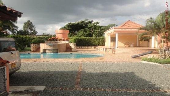 Para 17 personas , cancha de microfutbol, piscina , kiosco, muy campestre. Mas información y fotos en: http://www.clasinmuebles.com/properties/valle-del-cauca/bonita-finca-cerca-a-la-ciudad-672.html