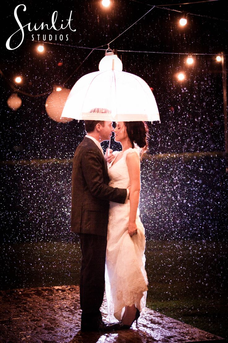 Rainy Wedding Photo at Vue De Lumieres in Maleny. Photography by Sunlit Studios