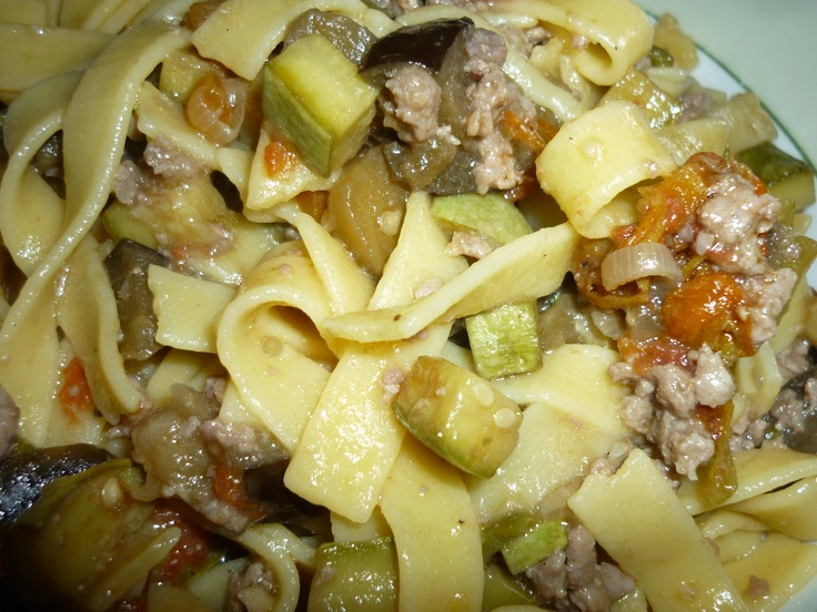 Gluten free tagliatelle with minced meat and summer vegetables sauce/Tagliatelle senza glutine con carne macinata e sugo alle verdure estive