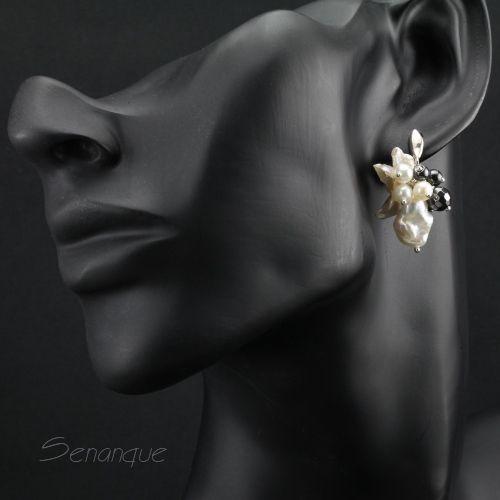 ciekawe asymetryczne kolczyki z perłami i hematytem SENANQUE www.senanque.pl/blackwhite-srebrne-kolczyki-z-perlami-keishi-i-hematytem