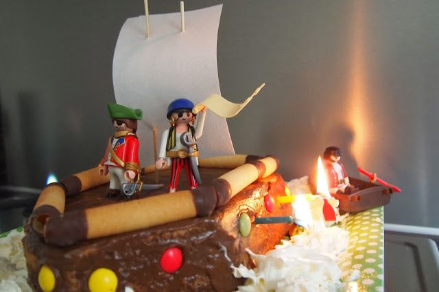 verjaardagscake van playmobile - piratentaart - pirate cake with playmobile