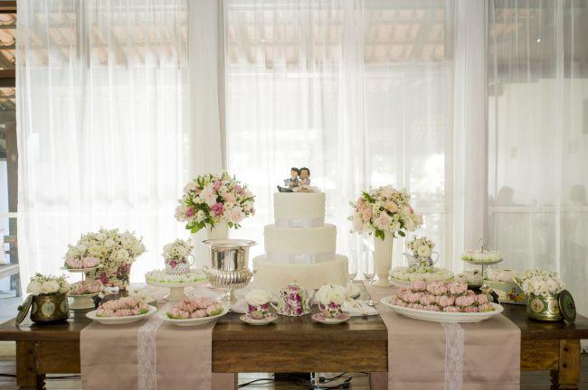 Mesa do bolo! Amei o detalhe dos caminhos de mesa! Deu um charme todo especial...