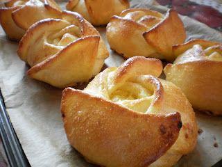 Branzoaice trandafir.Cum se fac branzoaicele trandafir.Mod de preparare branzoaice cu branza dulce si stafide.Branzoaice trandafir pregatite in casa.