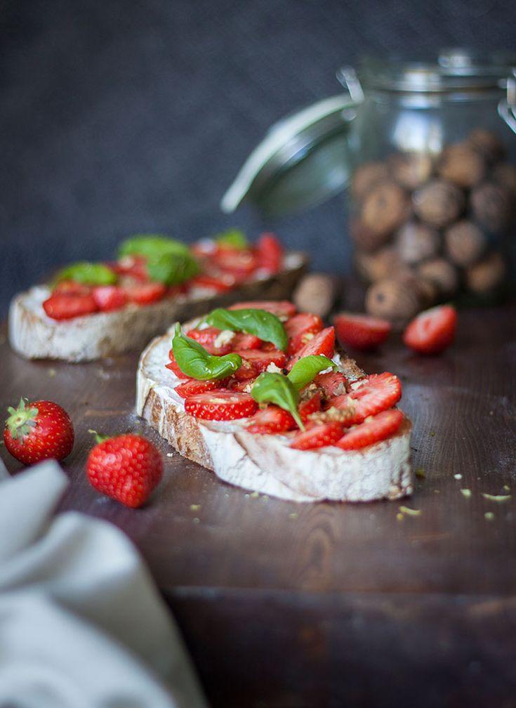 [ Somrig lyxfrukost – surdegsbröd med jordgubbar & basilika ] Skiva upp surdegsbrödet, bred på ett frikostigt lager med philadelphiaost, skivade jordgubbarna, några basilikablad, ringla flytande honung över. Riv lite citron över. Avsluta med några valnötter & några drag med pepparkvarnen.