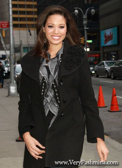 #AlyseEady Wears A Frilly Black And White #Scarf To Letterman