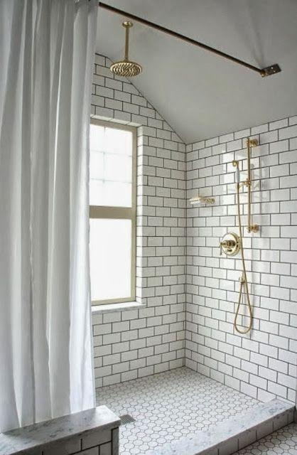 Azulejo blanco, lechada negra y grifería dorada