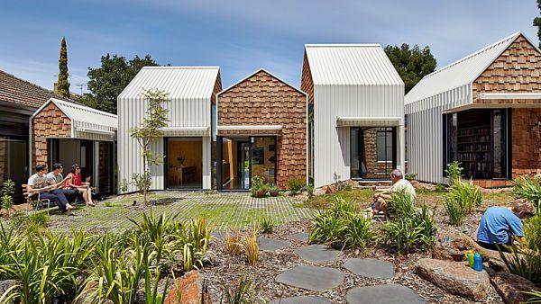 Na první pohled několik samostatných domků, ve skutečnosti je to jeden domov jedné rodiny.