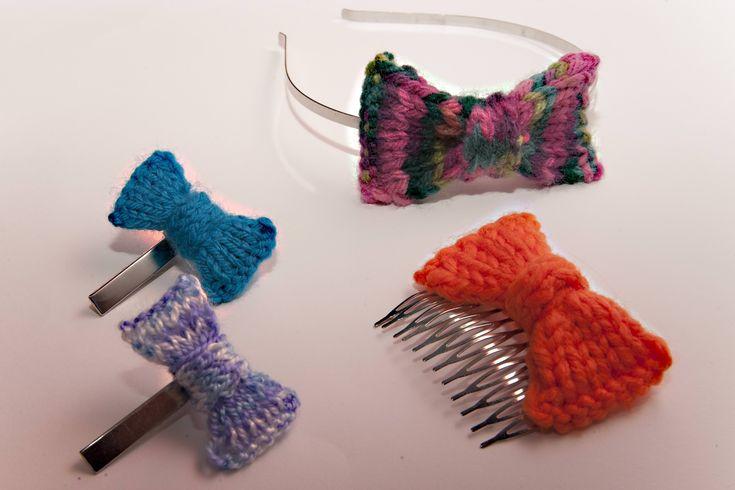 Fotografías e instrucciones para tejer pequeños lazos con lana y utilizarlos para adornar diademas, horquillas, peinetas y otros complementos.