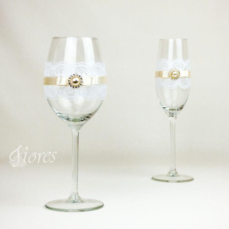 """Svadobné poháre """"Romance 3""""  jedinečná a my túžime, aby ste sa tak cítili v každej maličkosti. Vytvorili sme pre Vás tento svadobný pohár, ktorý nemusí zostať iba kusom skla, ale verte či nie dokáže o Vás veľa vypovedať."""