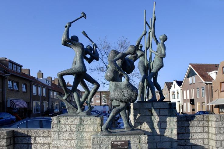 'Afbraak, evacuatie en wederopbouw' (1990) van F. Nix. Dit monument helpt ons herinneren aan de  Tweede Wereldoorlog toen in Katwijk vrijwel alle huizen van de Boulevard en de daar achterliggende straten op last van de Duitse bezetter afgebroken zijn.