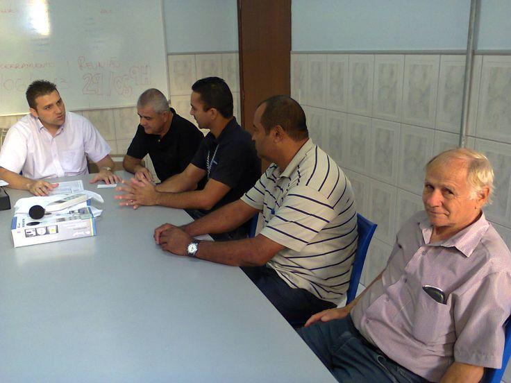 Edson Francisco da Silva Junior, na cabeceira da mesa, recebe os visitantes de Mirassol