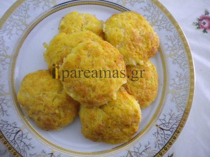 ΥΛΙΚΑ3 φλιτζάνια αλεύρι2 αυγά1 φλιτζάνι σπορέλαιοΜισό φλιτζάνι γάλα1 φλιτζάνι καρότο τριμμένο σε ρεντέ ή στο μπλέντερ1 φακελάκι ή 2.5 κουταλάκια μπέικιν1 ½ φλιτζάνι κεφαλοτύρι τριμμένοΜισό φλιτζάνι άσπρο τυρί τριμμένοΔιαδικασία• Τοποθετούμε όλα τα υλικά μας σε ένα μπολ και τα ανακατεύουμε• Στη συνέχ