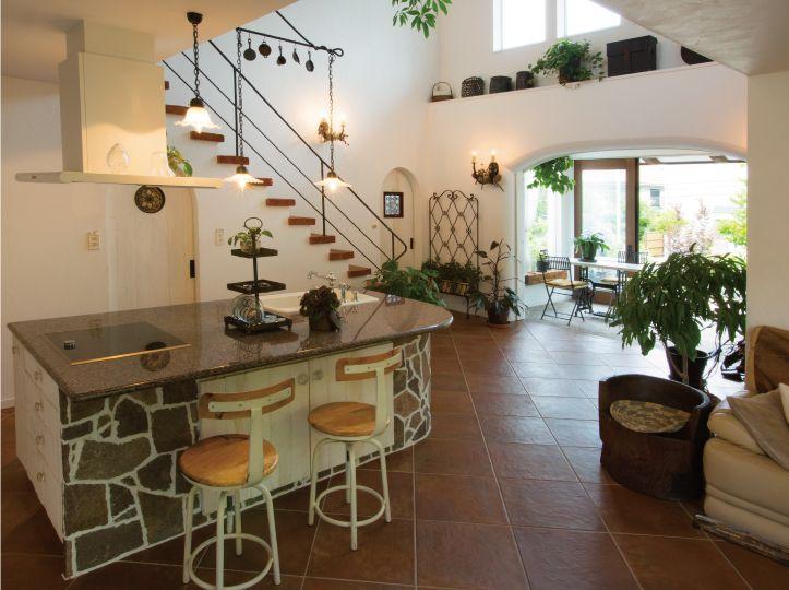 オリジナルデザインのキッチン。カウンターの素材は御影石です。 ヨーロピアンタイル貼りのフロアーは床暖房付です「キッチン ダイニング」